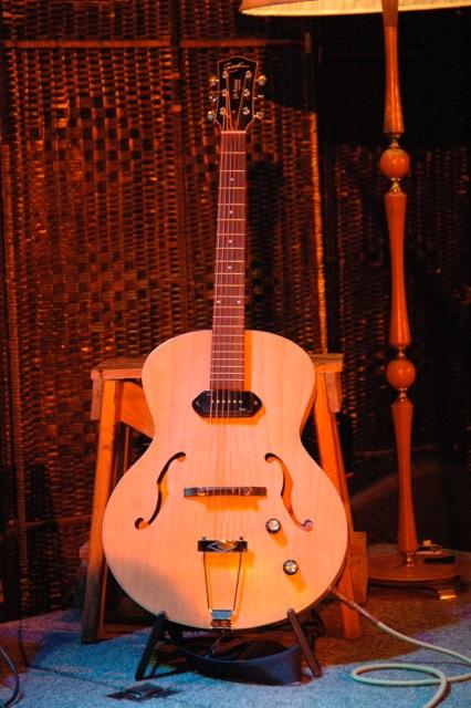Olney's gitaar is een prachtig exemplaar